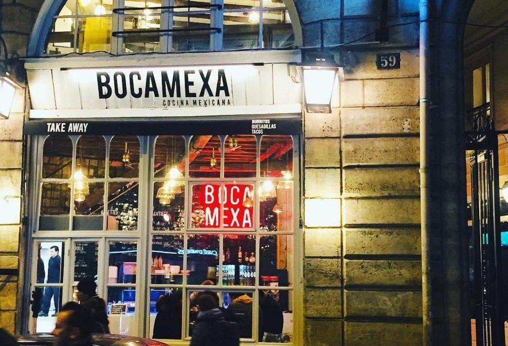 Photo de nuit de la façade d'un restaurant Boca Mexa