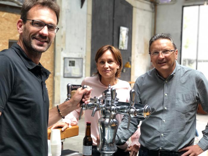 Photo de 3 personnes pendant une dégustation de bière