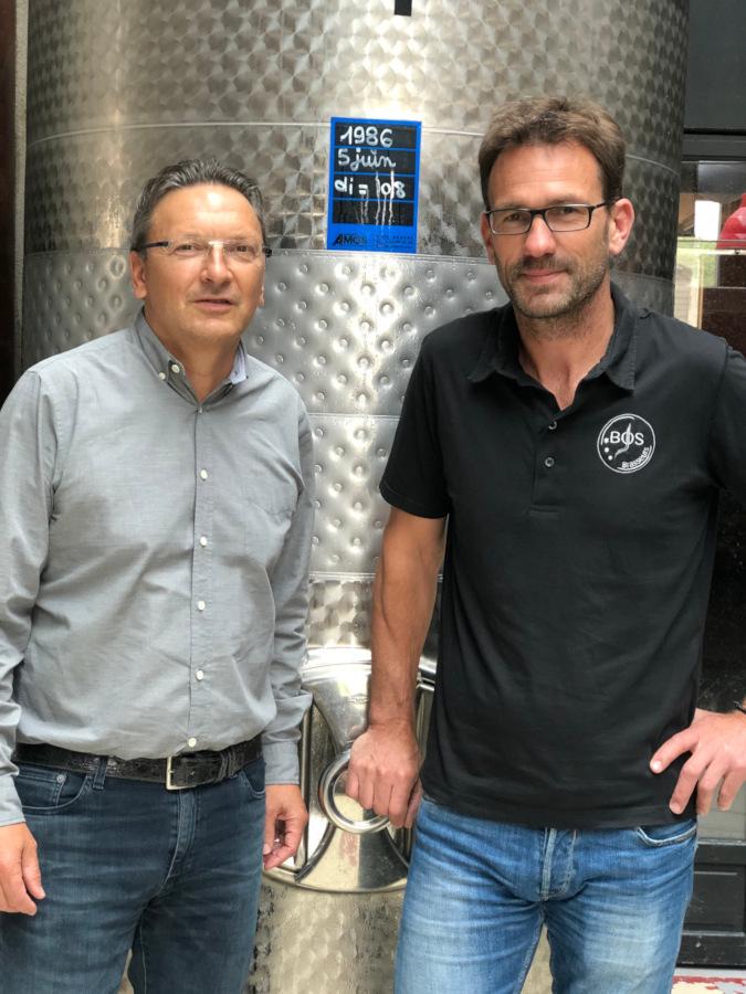 Photo de Yves et Pascal devant une cuve
